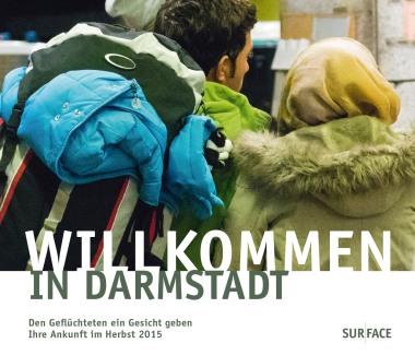 Surface Book 114 EDITION DARMSTADT Band 14 WILLKOMMEN IN DARMSTADT Herausgeber Wissenschaftsstadt Darmstadt Flipbook, Broschur, 14,3 x 12 cm 320 Seiten, ca. 280 Fotoseiten ISBN 978-3-939855-05-7 Preis 14,80 €, 2 € Flüchtlingshilfe inklusive, plus 15